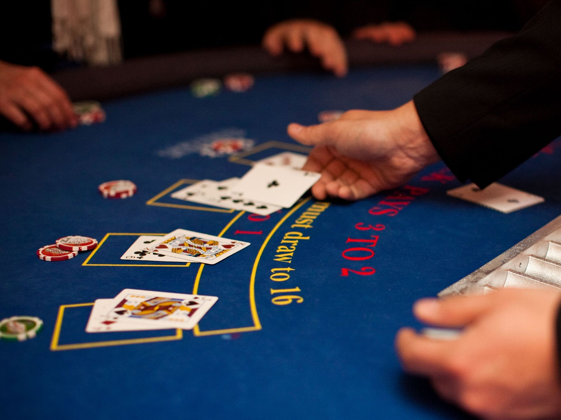 Blackjack : un croupier en live
